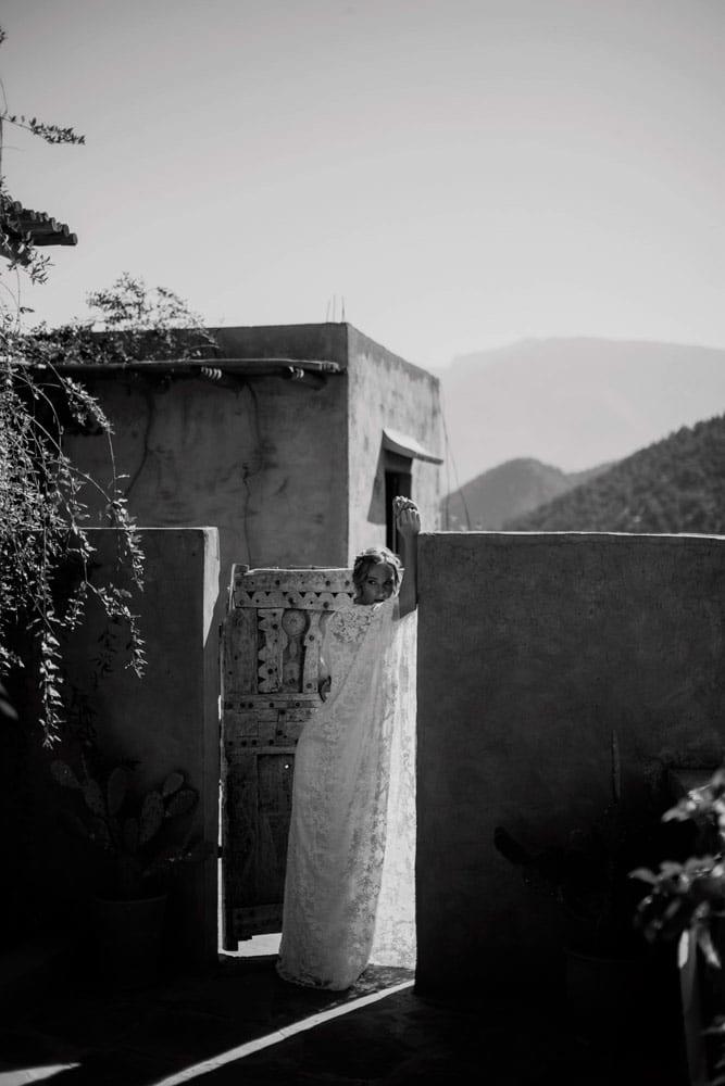Stailattu bridal hääkuvaus Marokossa Atlas vuorilla.